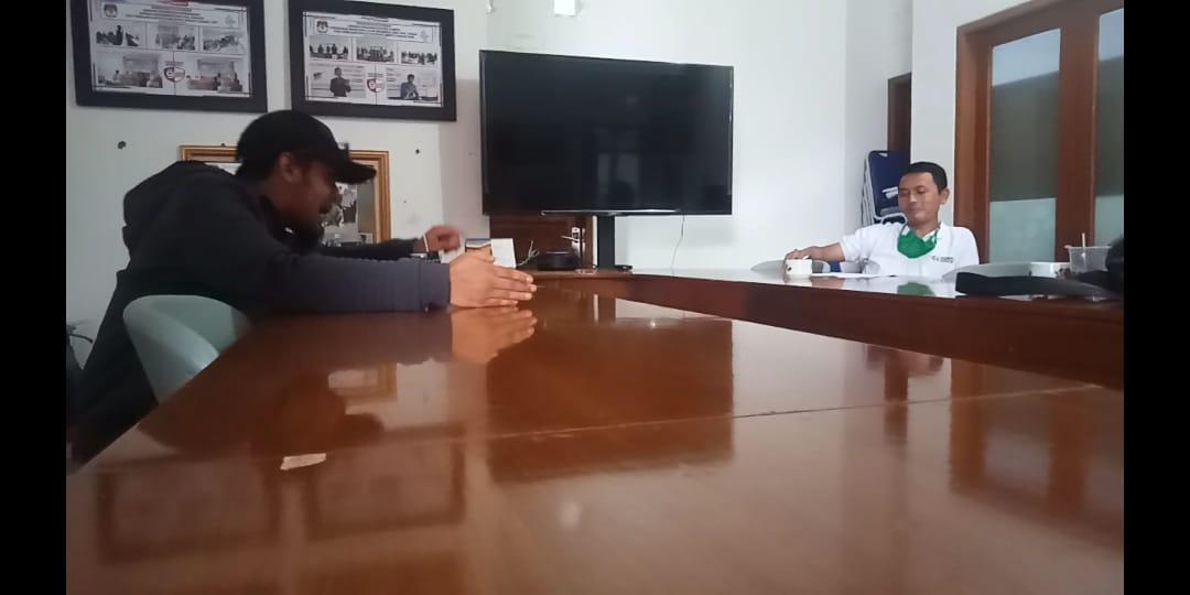 NGAMUK - Ketua Cepot, Ahmad Anwar saat mengamuk dan memarahi Ketua Divisi Sosialisasi Pendidikan Pemilih dan Partisipasi Masyarakat, Rustiman di Kantor KPU Cianjur, Senin (2/11/2020).